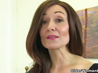 English milf Kitty Cream puts her fingers with reference to impersonate