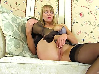 Mature tow-haired solo MILF parcel out Lizi masturbates in stockings