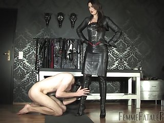 dominant lady Victoria Valente wants to punish her lover with hard fuck